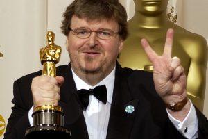 Michael Moore con il suo premio Oscar