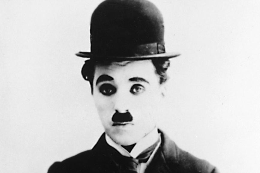 Charlie Chaplin con i baffi e la bombetta