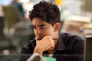 Dev Patel nella scena di un film