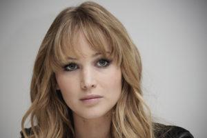Jennifer Lawrence sfondo grigio