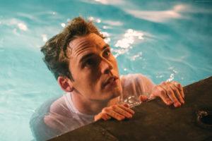 Sam Claflin in acqua