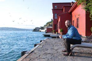 """""""Rosso Istanbul"""": la casa 'rossa' sullo sfondo dello stretto del Bosforo."""
