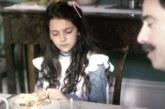 Emily Carey nel ruolo di Young Anastasia